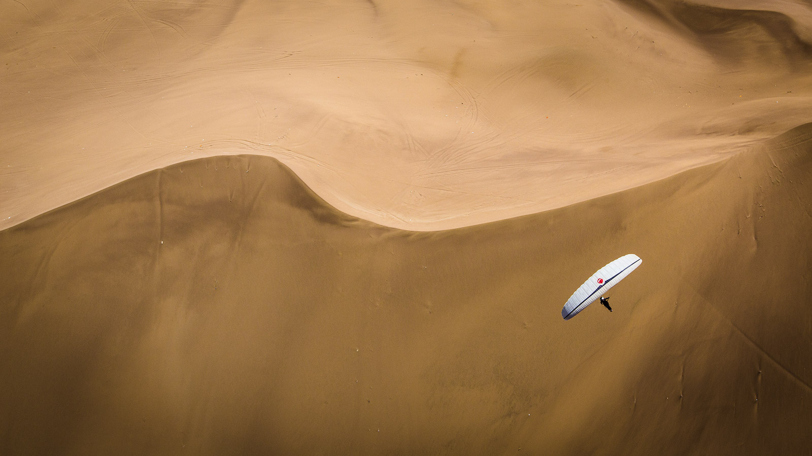 Looking for a toplanding spot on the magnificent Dragon Dune outside of Iquque.